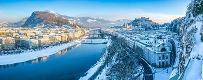 Salzburg linia horyzontu z Fortecznym Hohensalzburg w zimie, Salzburg, Austria zdjęcia royalty free