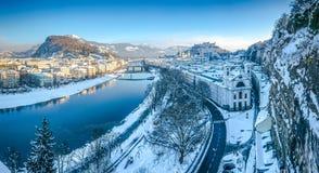 Salzburg linia horyzontu z Fortecznym Hohensalzburg w zimie, Salzburg, Austria zdjęcie stock