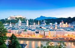 Salzburg linia horyzontu z rzecznym Salzach przy półmrokiem, Salzburger ziemia, Austria Obrazy Stock