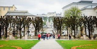 SALZBURG, OOSTENRIJK - APRIL 7, 2016: Bewolkte dag bij de wereldberoemde Mirabell-Tuin Deze tuin is beroemdste toeristenattracti Stock Fotografie