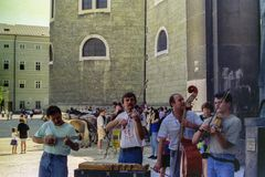 SALZBURG, OOSTENRIJK, 1988 - de Straatmusici onderhouden toeristen in het belangrijkste vierkant van Salzburg royalty-vrije stock foto