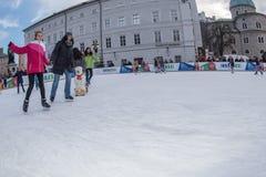 SALZBURG, OOSTENRIJK - DECEMBER 31, 2015 - Mensen die in stad schaatsen Stock Foto