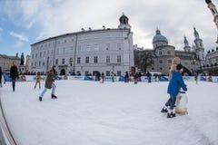 SALZBURG, OOSTENRIJK - DECEMBER 31, 2015 - Mensen die in stad schaatsen Royalty-vrije Stock Foto