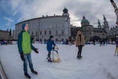 SALZBURG, OOSTENRIJK - DECEMBER 31, 2015 - Mensen die in stad schaatsen Stock Afbeelding