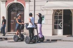 8 28 2012 Salzburg, Oostenrijk Een groep jonge mooie meisjes op de Segway-pret communiceert op een Zonnige dag Stock Foto
