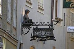Salzburg, Oostenrijk - Embleem van Restaurant in historisch District Stock Afbeeldingen