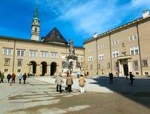 Salzburg, Oostenrijk - Mei 01, 2017: Klassieke mening van beroemd Maria Immaculata-beeldhouwwerk bij Domplatz-vierkant Stock Foto
