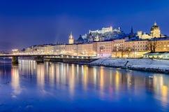 Salzburg på natten, Österrike royaltyfria bilder