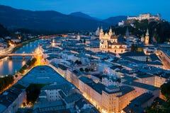 Salzburg på natten Arkivbild