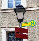 Salzburg Sentido de tráfego no alemão para alterar o mercado velho do markt no cargo da lâmpada Foto de Stock