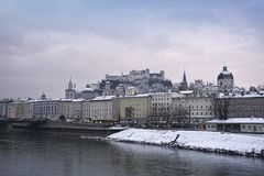 Salzburg sikt av slotten och floden arkivbilder
