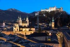 Salzburg-Skyline nach Sonnenuntergang, Österreich Stockfoto