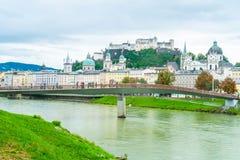 Salzburg stad med den Festung Hohensalzburg och Salzach floden fotografering för bildbyråer