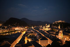 Salzburg stad på natten royaltyfria bilder