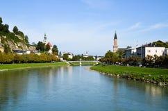 Salzburg stadssikt från den Myuruna bron på den Salzach floden (Österrike) Arkivfoto
