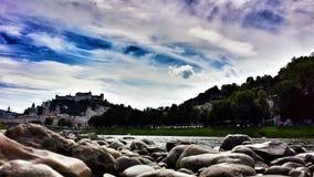 Salzburg von den Banken des Flusses Stockfoto