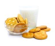Salzcracker und -milch im Glas Stockfoto