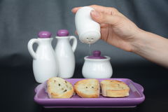 Salzen des Toastbrotes zum Frühstück lizenzfreie stockfotografie
