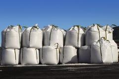 Salzen Sie große gestapelte Reihen der Beutel Säcke für gefrorene Straßen Lizenzfreie Stockfotografie