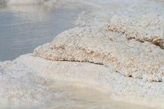 Salzen Sie Kristalle im Toten Meer Stockfoto