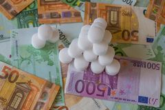 Salzen Sie Kugeln auf dem Hintergrund von Eurobanknoten lizenzfreies stockfoto