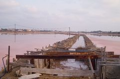 Salzfabrik im Sonnenuntergang Stockbild