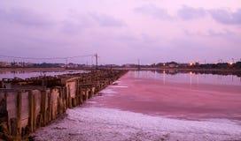 Salzfabrik im Sonnenuntergang Lizenzfreie Stockfotos