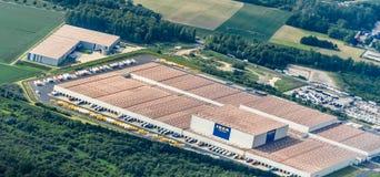 Salzgitter, Niski Saxony, Niemcy, Maj 24, 2018: Magazyn Szwedzki meblarski sklep Ikea przy krawędzią Salzgitter, antena v zdjęcie stock