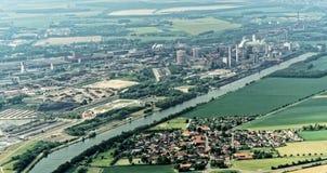 Salzgitter, Niski Saxony, Niemcy, Maj 24, 2018: Steelworks na kanałowym salzgitter między łąkami, pola i v Zdjęcia Stock