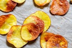 salzige Chips der Kartoffel auf Backpapier Stockbilder