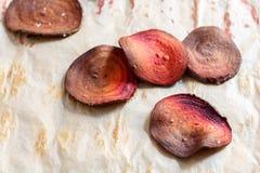 Salzige Chips der roten Rübe auf Backpapier Lizenzfreie Stockbilder