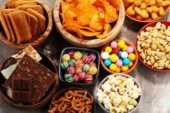 Salzige Imbisse Brezeln, Chips, Cracker in den hölzernen Schüsseln stockfoto