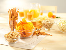 Salzige Imbisse. Brezeln, Chips, Erdnüsse, Cracker. Lizenzfreies Stockfoto
