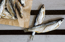 Salziger Trockenfisch auf dem braunen Papier Vorrat-Fische stockbilder
