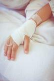 Salziger Tropfenfänger des Intravenous (iv) in der geduldigen Hand eines Kindes Lizenzfreie Stockfotos