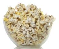 Salziges Popcorn auf einem weißen Hintergrund Reise ins Kino Lizenzfreies Stockbild