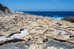 Salzpfannen nahe Azure Window in Gozo-Insel, Malta Lizenzfreie Stockbilder