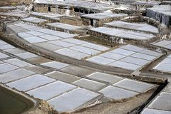 Salzterrasse von Salinen alanas im baskischen Land, Spanien stockbild