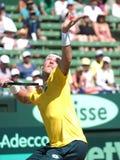 Sam Groth under Davis Cup singlar mot John Isner från USA hittingaserve Royaltyfria Bilder