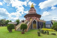 Sam Than Choa Khun Pagoda i Wat Pai Lom som är trad, Thailand royaltyfri fotografi