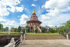 Sam Than Choa Khun Pagoda i Wat Pai Lom som är trad, Thailand arkivfoto