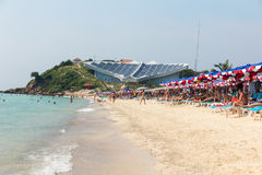 Samae海滩,在Ko Lan的著名海滩在有蜇的芭达亚市附近 库存照片
