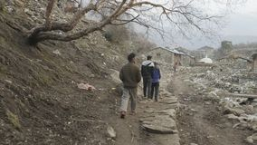 SAMAGAON,尼泊尔- 2018年3月:本地人步行在村庄在上班以后 股票视频