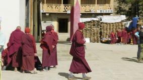 SAMAGAON NEPAL, MARZEC, -, 2018: Turysty zegarka lokalny mnich buddyjski blisko monasteru zbiory