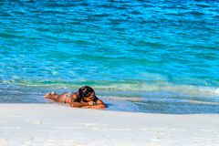 SAMANA DOMINIKANSKA REPUBLIKEN - OKTOBER 31, 2015: Den oidentifierade brunbrända kvinnan solbadar i Samana, Dominikanska republik Arkivbilder