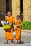 Samanera joven del monje budista en el wat del templo de Tailandia que camina en la calle Foto de archivo libre de regalías