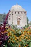 Samanid mausoleum med blommor i Bukhara Royaltyfri Fotografi