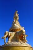 Samantabhadra staty med den blåa skyen Arkivbilder