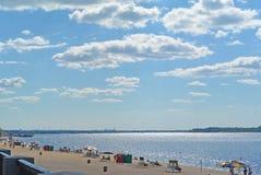 Samara, παραλία πόλεων στις ακτές του ποταμού του Βόλγα όμορφος σωρείτης σύννεφων στοκ εικόνες