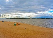 Samara, παραλία πόλεων στις ακτές του ποταμού του Βόλγα στη νεφελώδη ημέρα πριν από τη βροχή στοκ εικόνα